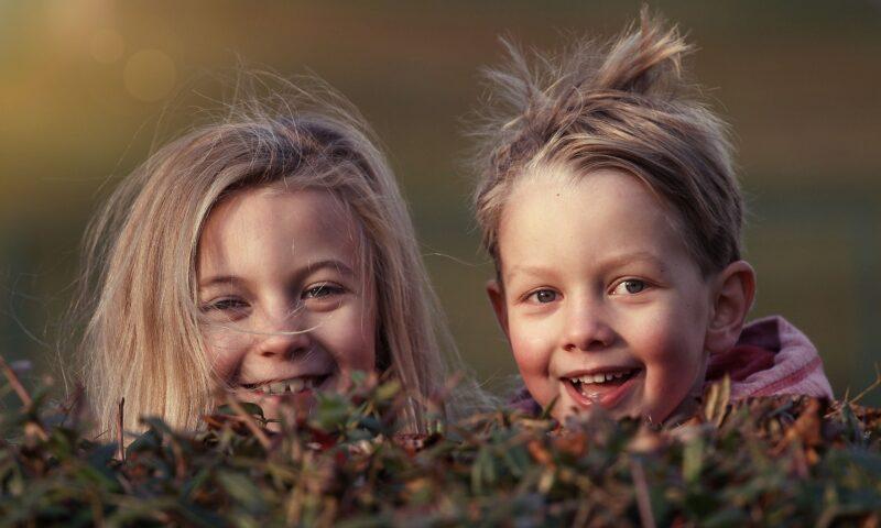 Twarze dwójki dzieci: dziewczynki i chłopca