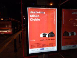 Przystanek autobusowy z dużym plakatem kampanii Nadajemy Kulturę