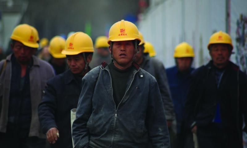 Grupa robotników w kaskach
