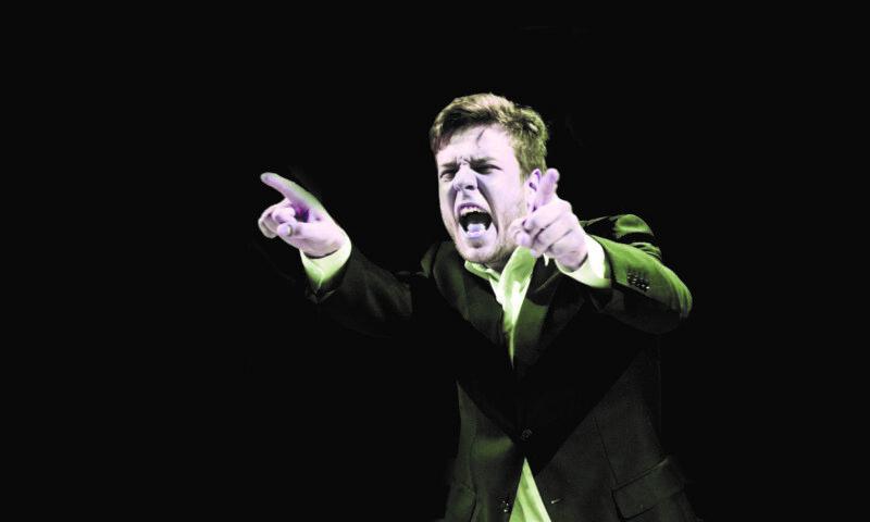 Zdjęcie - postać młodego mężczyzny, wygląda jakby krzyczał