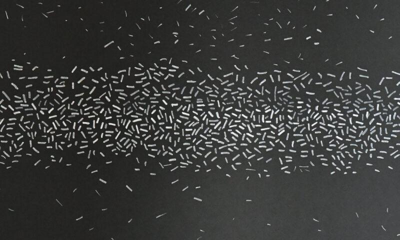 Białe kreski na czarnym tle