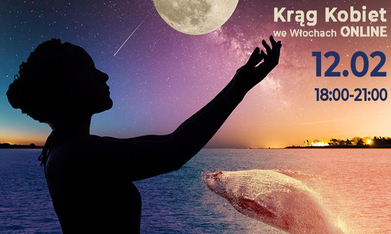 Zachodzące słońce. Kobieta stoi nad brzegiem oceanu. Sięga ręką do góry, jakby podtrzymywała księżyc. W oceanie widać nurkującego wieloryba