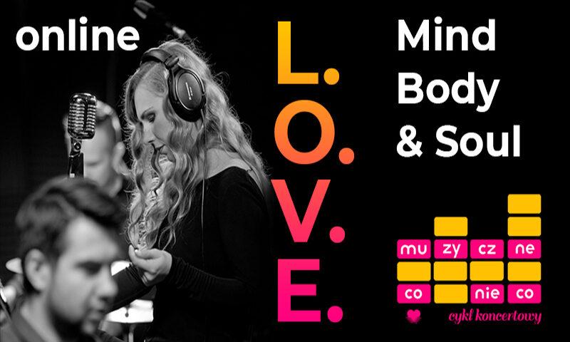 Trzy osoby. Kobieta ze słuchawkami na uszach. Napisy L.O.V.E. online, Mind Body & Soul