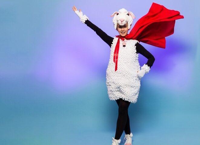 Kobieta w stroju owieczki z dużym powiewającym szalem na szyi