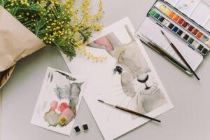 kartka z króliczkiem oraz pędzelki