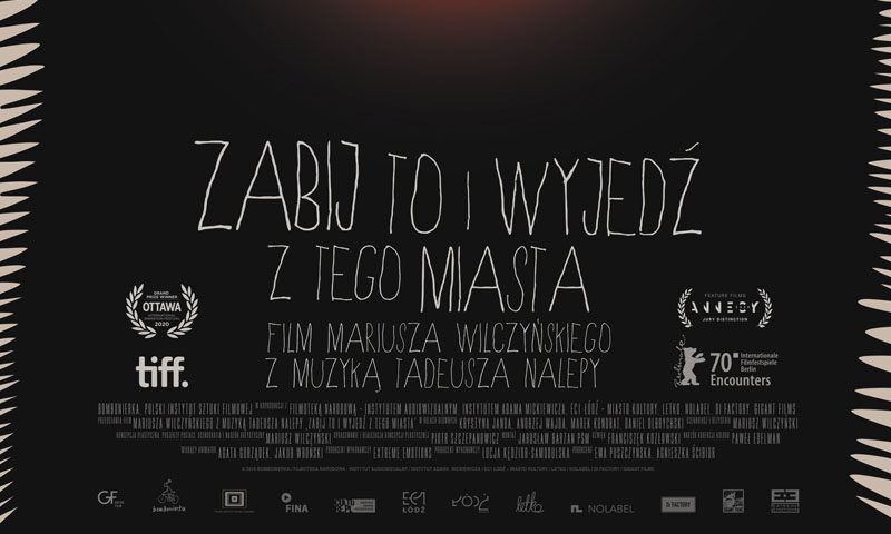 Afisz filmowy. Ciemne tło z napisem: Zabij to i wyjedź z tego miasta. Film Mariusza Wilczyńskiego z muzyką Tadeusza Nalepy.