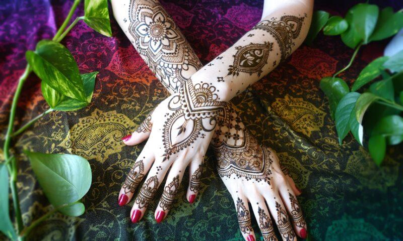dłonie z naniesionym malunkiem wykonanym henną