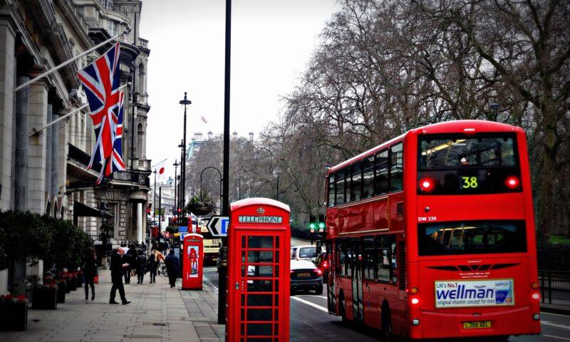 Ulica w Londynie, po której jedzie czerwony autobus.