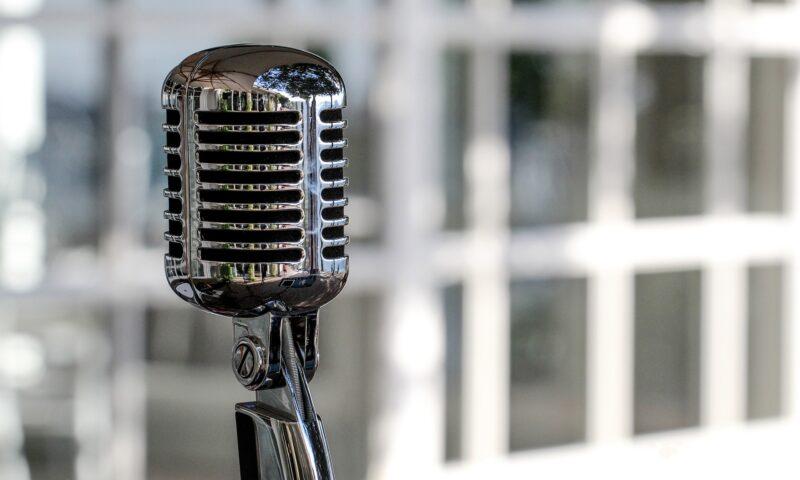 Mikrofon w stylu retro.