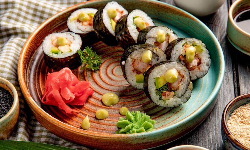 talerz z zestawem sushi, wasabi, impirem