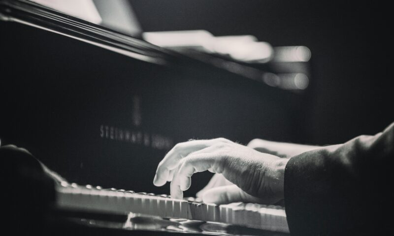 dłonie na klawiszach fortepianu