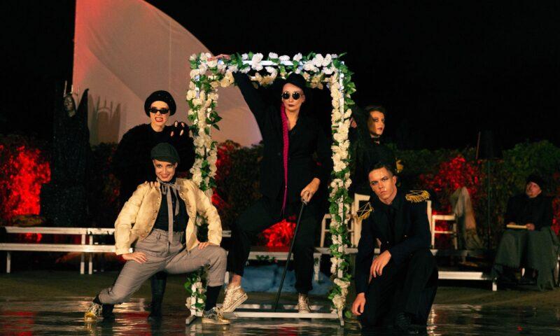 Zdjęcie grupy młodych ludzi na scenie, wszyscy są w kostiumach