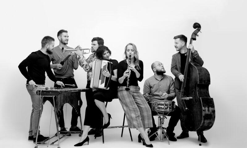 Grupa muzyków z instrumentami