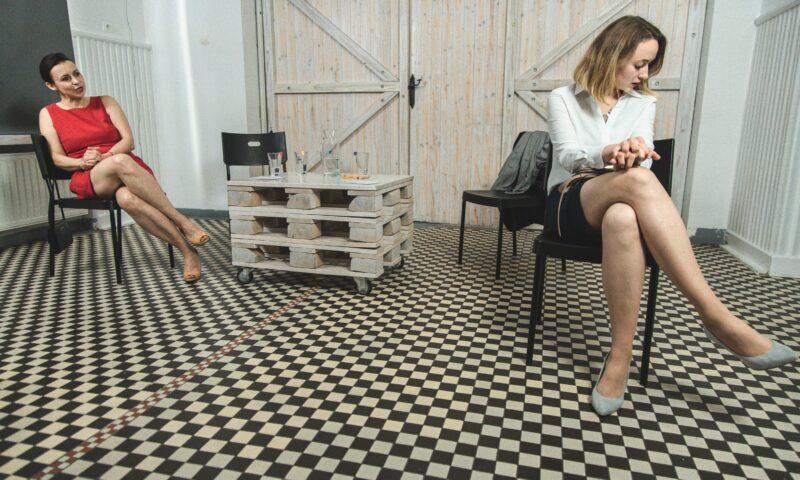 Dwie siedzące na krzesłach kobiety
