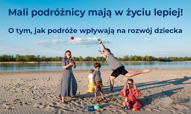 Kobieta i mężczyzna bawią się z trójką dzieci na plaży