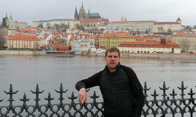 mężczyzna na tle Pragi
